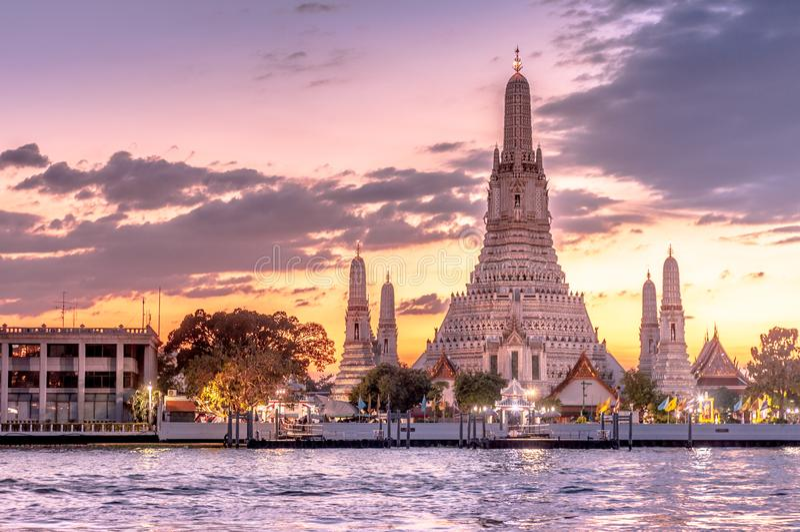 Bello tramonto con Wat Arun Temple dell'alba a Bangkok, Tailandia immagine stock libera da diritti