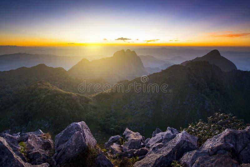 Bello tramonto del fondo della natura a Doi Luang Chiangdao in Chiangmai fotografia stock