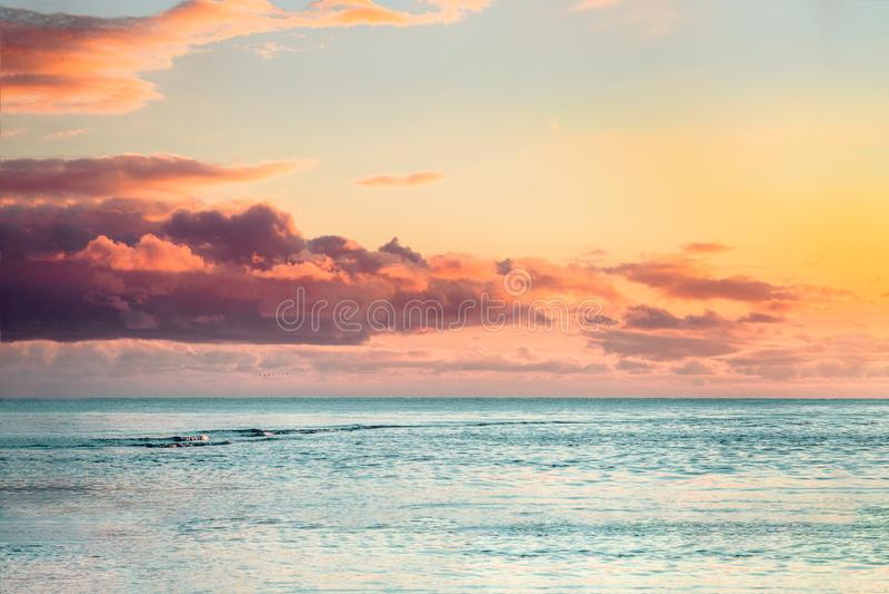 Bello tramonto del mare con le nuvole variopinte fotografie stock libere da diritti