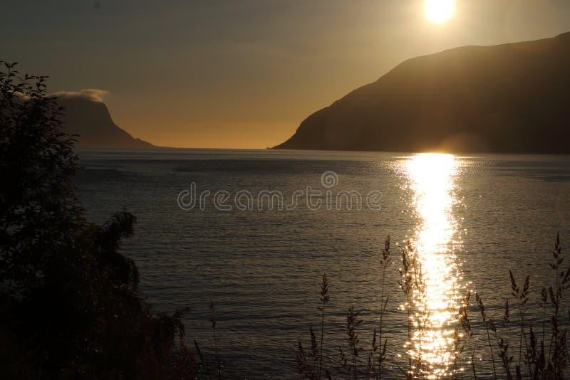 Bello tramonto dell'oceano in Norvegia immagini stock libere da diritti