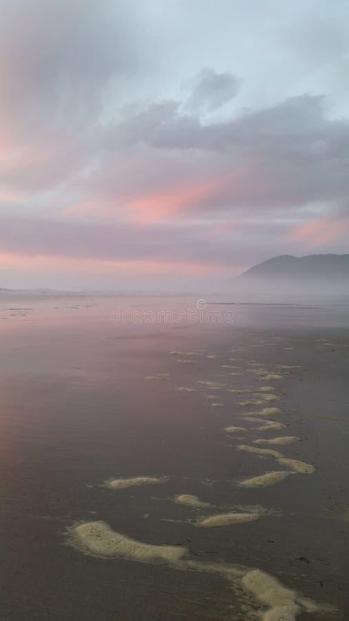 Bello tramonto della sabbia & della spiaggia fotografia stock libera da diritti