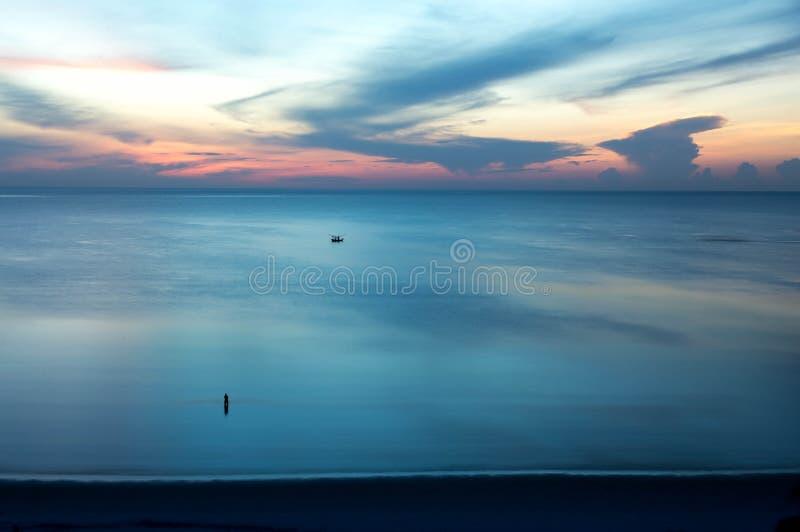 Bello tramonto di alba con il peschereccio nel mare immagine stock libera da diritti