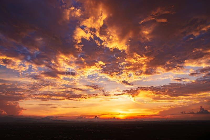 Bello tramonto di sera sul cielo con le nuvole fotografia stock