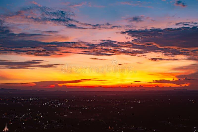 Bello tramonto di sera sul cielo con le nuvole immagini stock