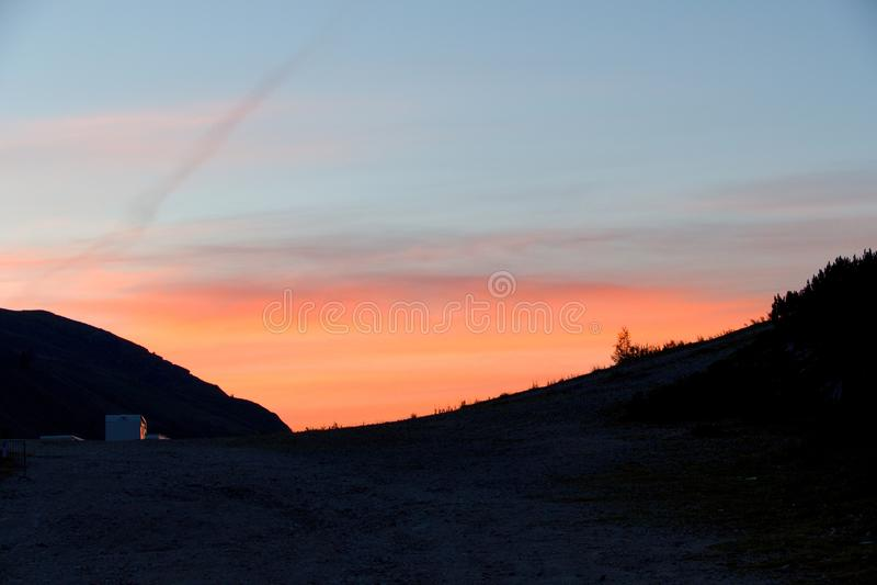 Bello tramonto dolorful romantico in montagne immagine stock