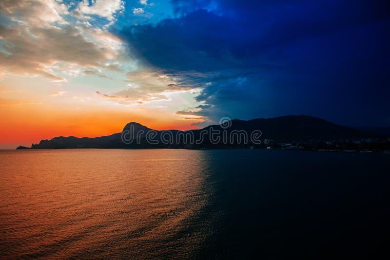 Bello tramonto e la città dal mare fotografia stock