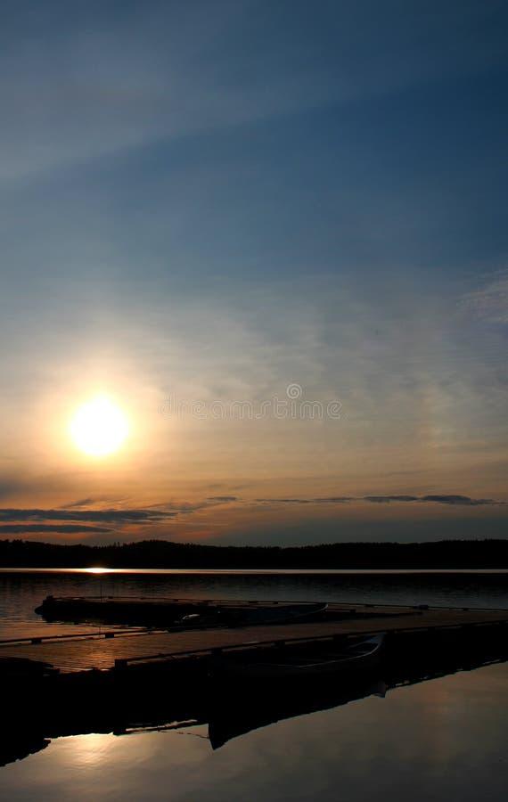 Bello tramonto: Lago meraviglioso e lunatico nel Canada/Ontario immagini stock