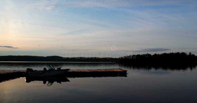 Bello tramonto: Lago meraviglioso e lunatico nel Canada/Ontario fotografia stock
