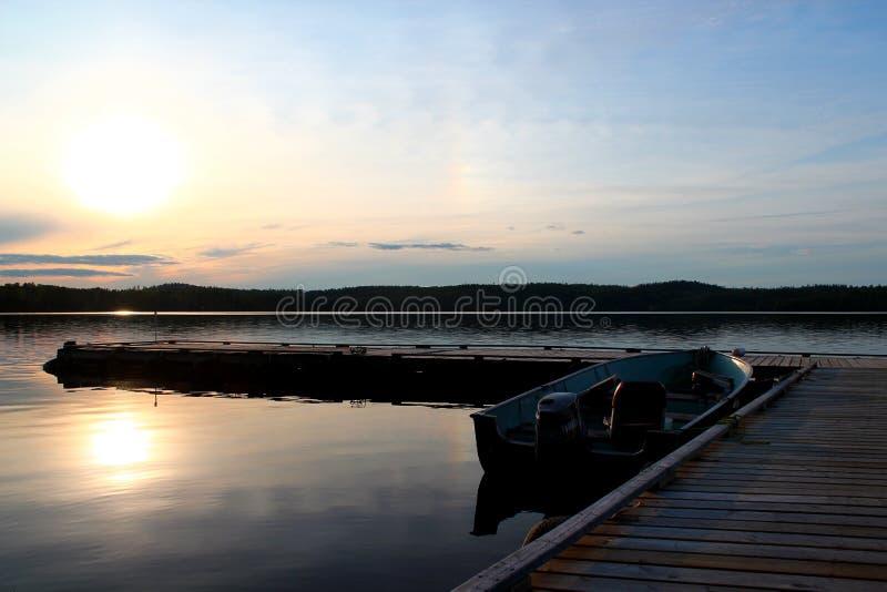 Bello tramonto: Lago meraviglioso e lunatico nel Canada/Ontario fotografia stock libera da diritti