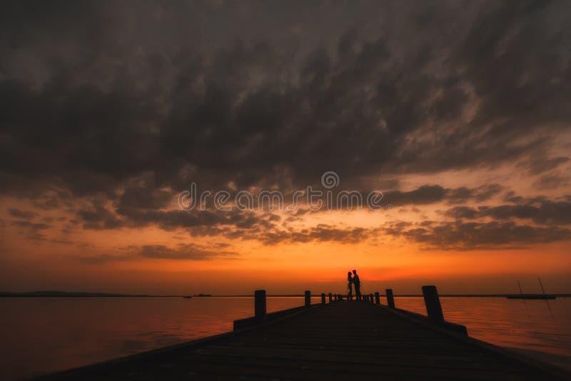 Bello tramonto, luna di miele romantica immagine stock libera da diritti
