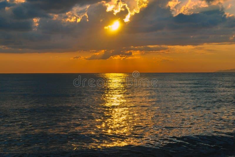 Bello tramonto in mare fotografia stock libera da diritti