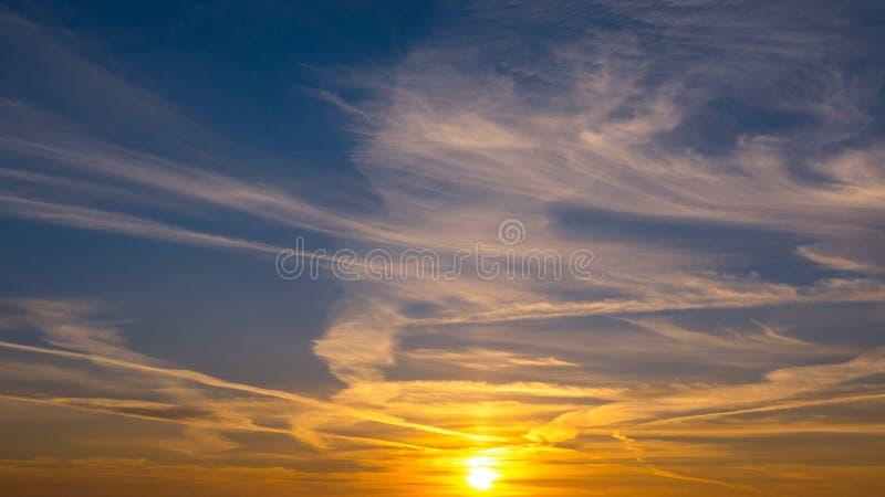 Bello tramonto nel cielo fotografie stock