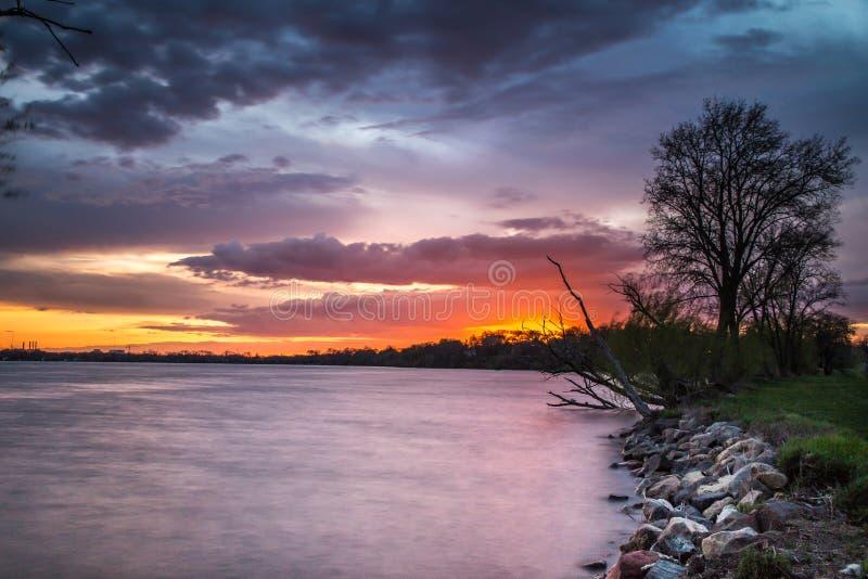 Bello tramonto nel lago immagine stock libera da diritti