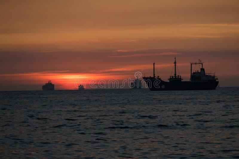 Bello tramonto nella baia di Manila fotografie stock libere da diritti