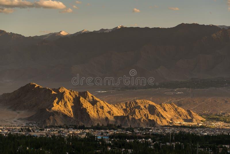 Bello tramonto nella città del leh, vista dallo stupa di shanti immagini stock