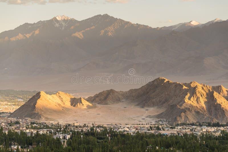 Bello tramonto nella città del leh, vista dallo stupa di shanti immagini stock libere da diritti