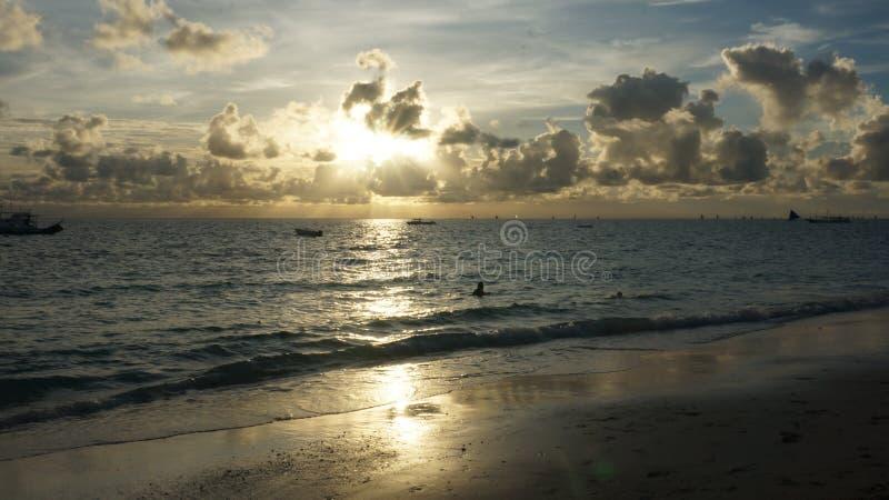 Bello tramonto nella spiaggia fotografia stock