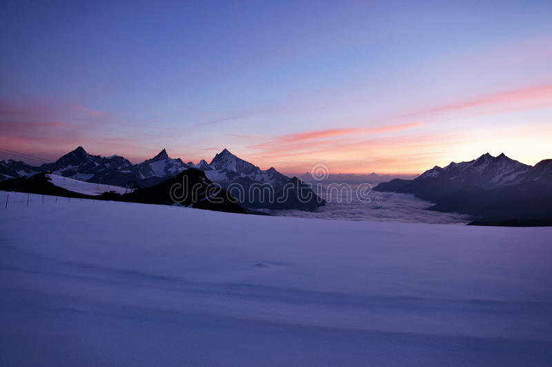 Bello tramonto nelle montagne immagini stock libere da diritti