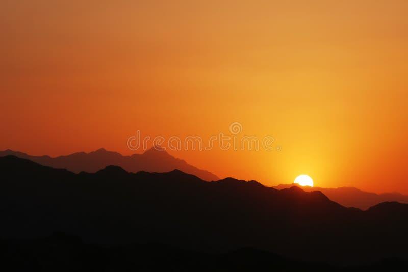 Bello tramonto nelle montagne dell'Iran Torri di silenzio Yazd fotografie stock