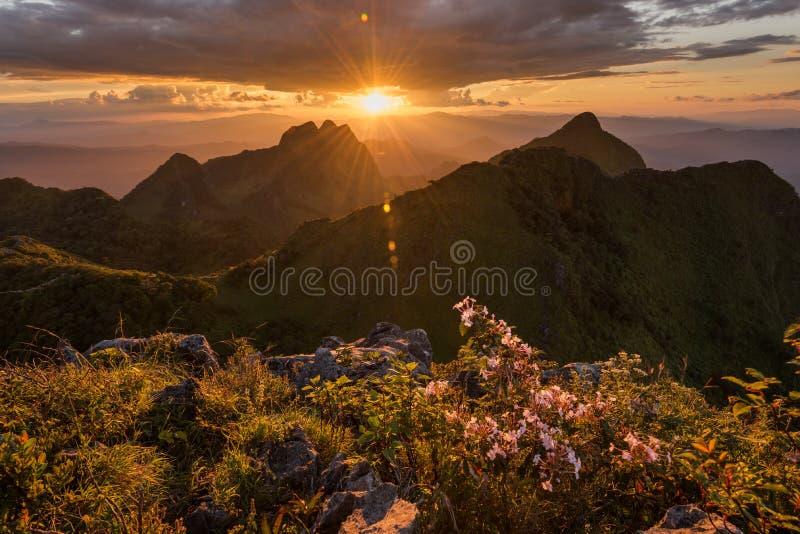 Bello tramonto nelle montagne a Doi Luang Chiang Dao fotografie stock libere da diritti