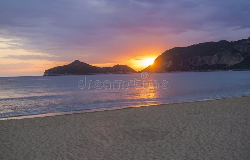 Bello tramonto rosa arancione blu delle nuvole con il sole che cade all'orizzonte della baia timony di Oporto sulla sabbia di Agi fotografia stock libera da diritti