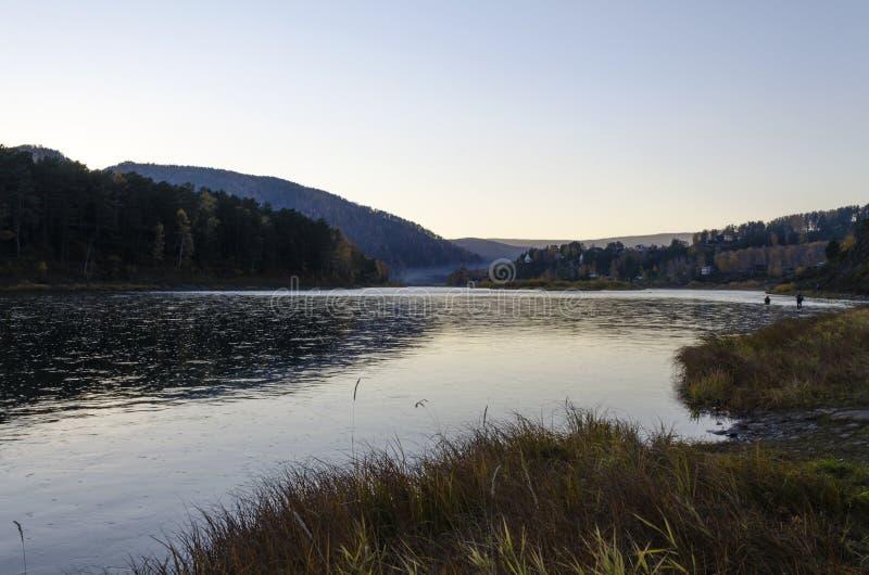 Bello tramonto sopra il fiume con una tonalità blu luminosa fotografie stock libere da diritti