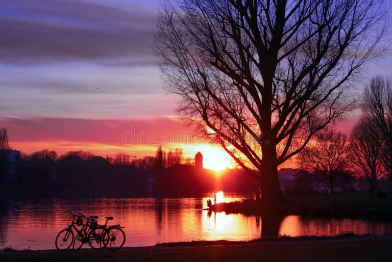 Bello tramonto sopra il fiume fotografia stock