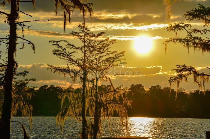 Bello tramonto sopra il lago fotografia stock libera da diritti