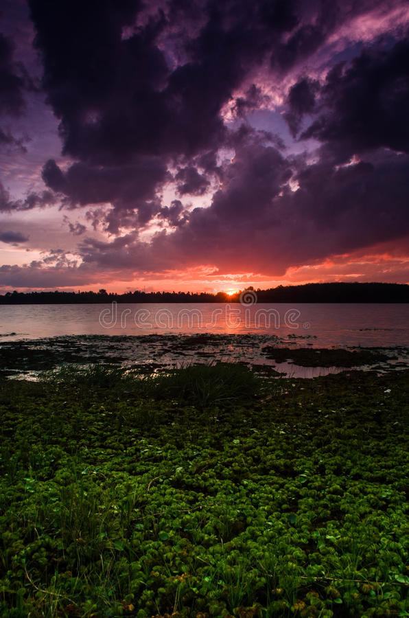 Bello tramonto sopra il lago immagini stock libere da diritti