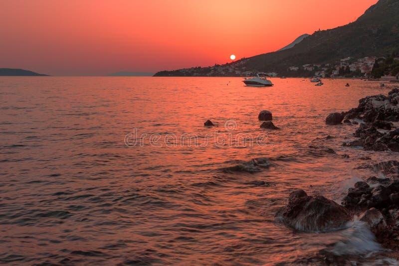 Bello tramonto sopra il mare adriatico immagini stock