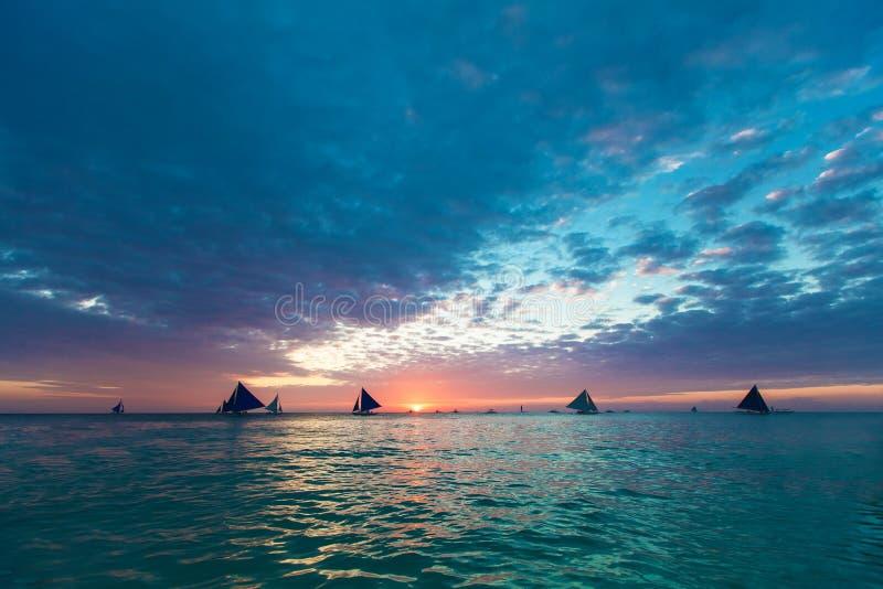 Bello tramonto sopra il mare Concetto di vacanze estive immagine stock