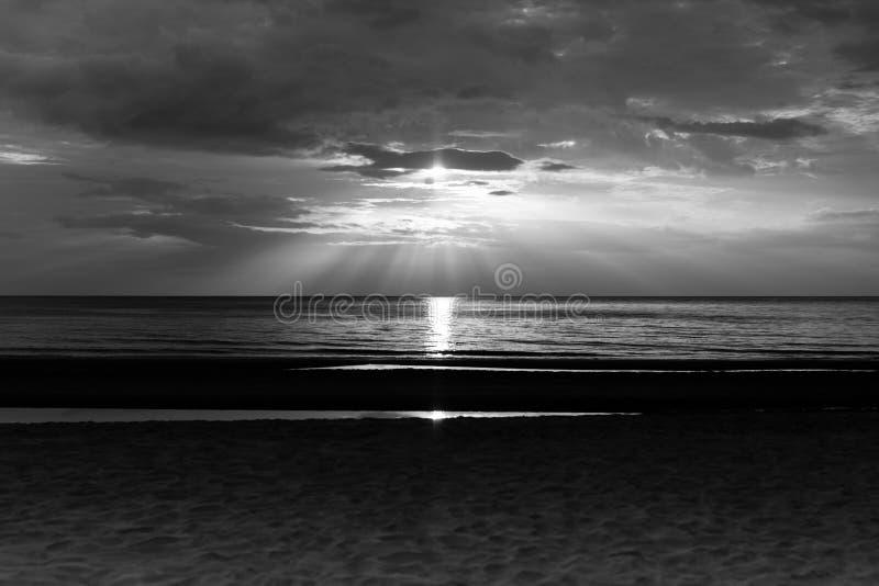Bello tramonto sopra il mare della Tailandia in bianco e nero fotografia stock libera da diritti