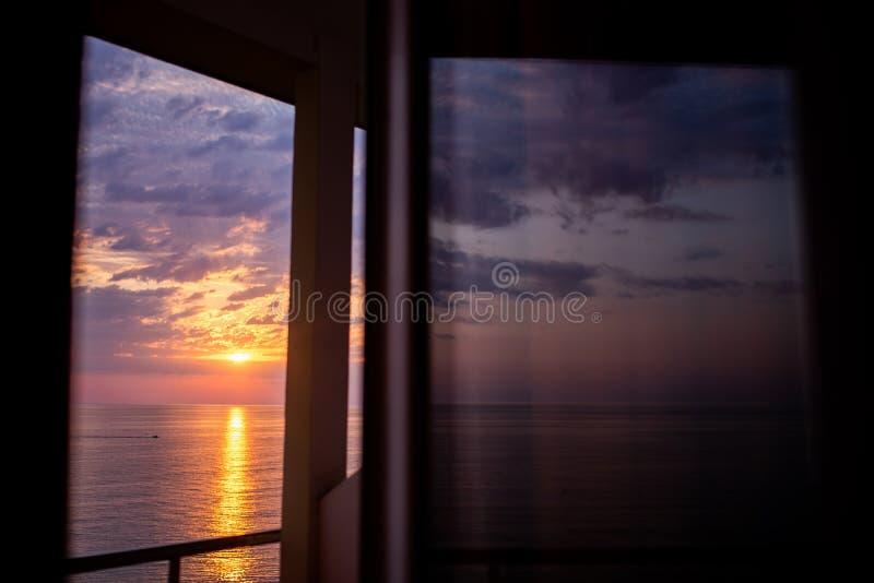 Bello tramonto sopra il mare o l'oceano, località di soggiorno tropicale Vista dalla finestra dell'hotel fotografia stock