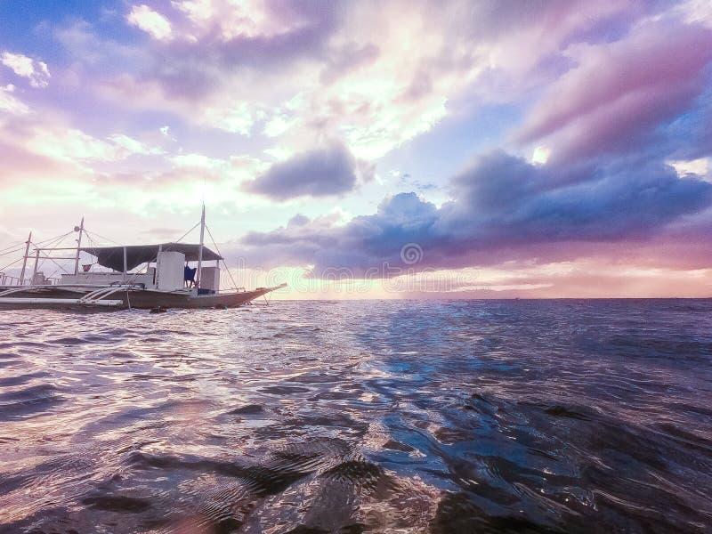 Bello tramonto sopra il mare tropicale Concetto di vacantion di estate fotografia stock