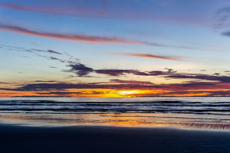 Bello tramonto sopra l'oceano di estate immagini stock libere da diritti