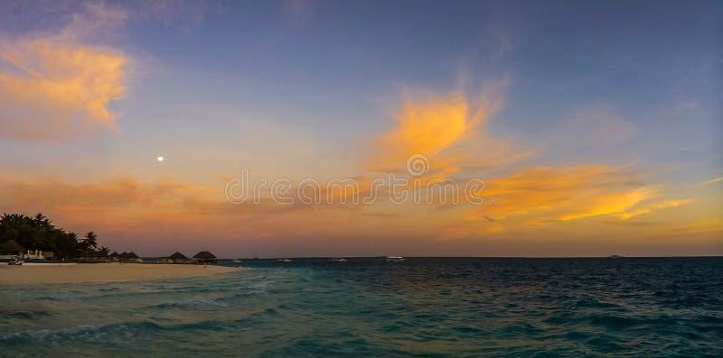 Bello tramonto sopra l'Oceano Indiano sull'isola di vacanze delle Maldive fotografia stock libera da diritti