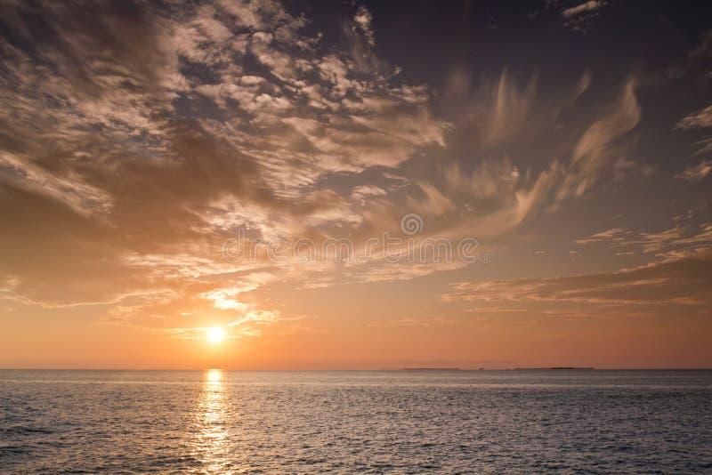 Bello tramonto sopra le acque dell'oceano di Key West Florida fotografie stock libere da diritti