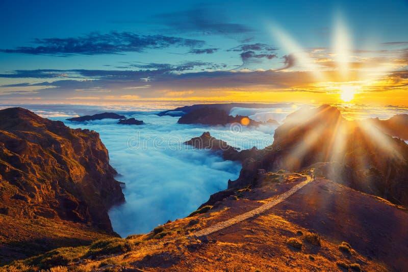 Bello tramonto sopra le montagne fotografia stock