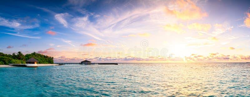 Bello tramonto sopra panorama lungo delle Maldive dell'isola dell'oceano fotografie stock