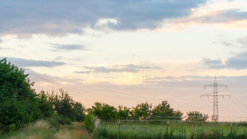 Bello tramonto sopra un campo e una cittadina in Germania immagini stock