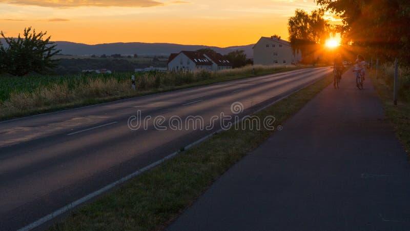 Bello tramonto sopra un campo e una cittadina in Germania fotografie stock libere da diritti