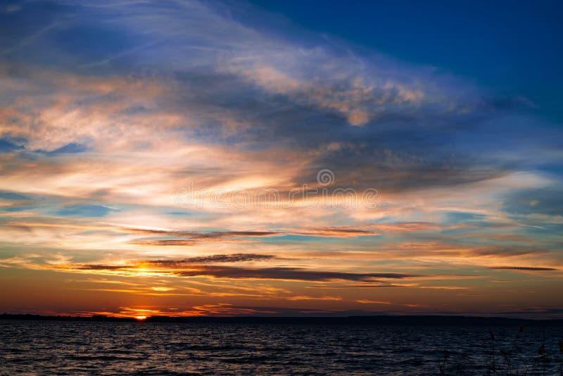 Bello tramonto sotto il fiume immagini stock libere da diritti