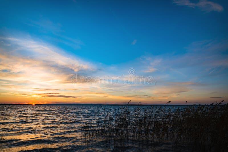 Bello tramonto sotto il fiume fotografia stock