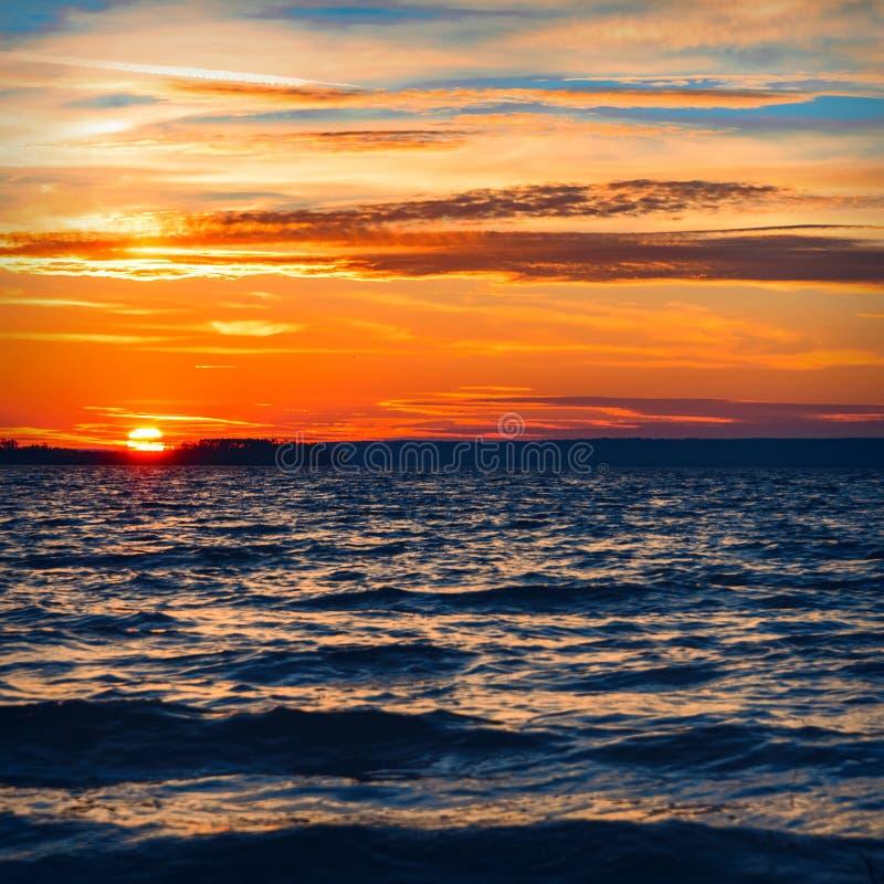 Bello tramonto sotto il fiume fotografie stock libere da diritti