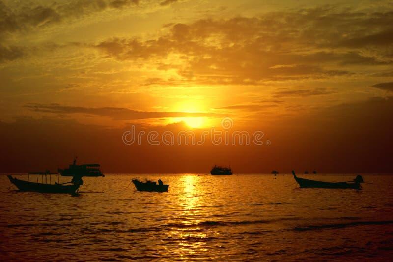 Bello tramonto in spiaggia di Sairee, Koh Tao, Tailandia immagini stock libere da diritti