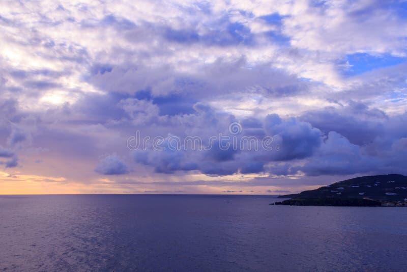 Bello tramonto in st Maarten vicino all'isola in mare caraibico fotografia stock libera da diritti