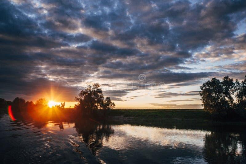 Bello tramonto sul fiume immagini stock
