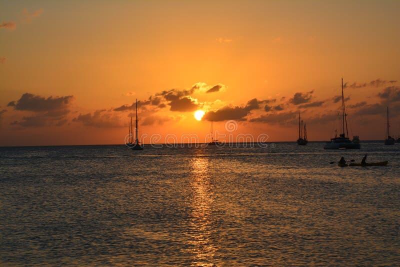 Bello tramonto sull'isola del calafato di Caye a Belize fotografie stock libere da diritti