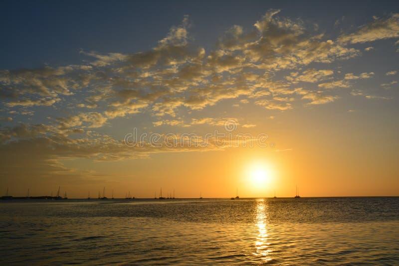 Bello tramonto sull'isola del calafato di Caye a Belize immagine stock