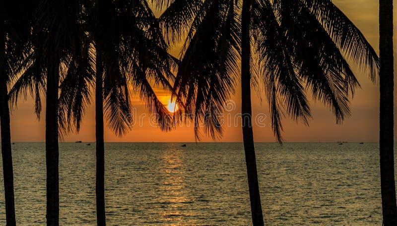 Bello tramonto sulla barra Phu Quoc della spiaggia fotografia stock